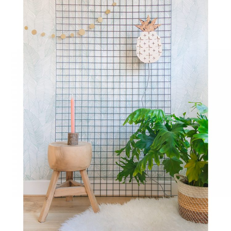 Sfeerbeeld van ananas lamp in een interieur. De lamp heeft een strijkijzersnoer en is gemaakt van de natuurlijke materialen hout en kurk.
