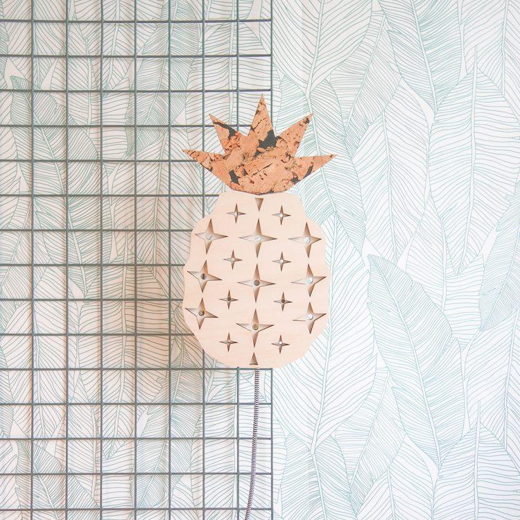 Deze houten ananas lamp past perfect in een groen interieur met de urban jungle trend. De lamp heeft een luxe strijkijzersnoer.