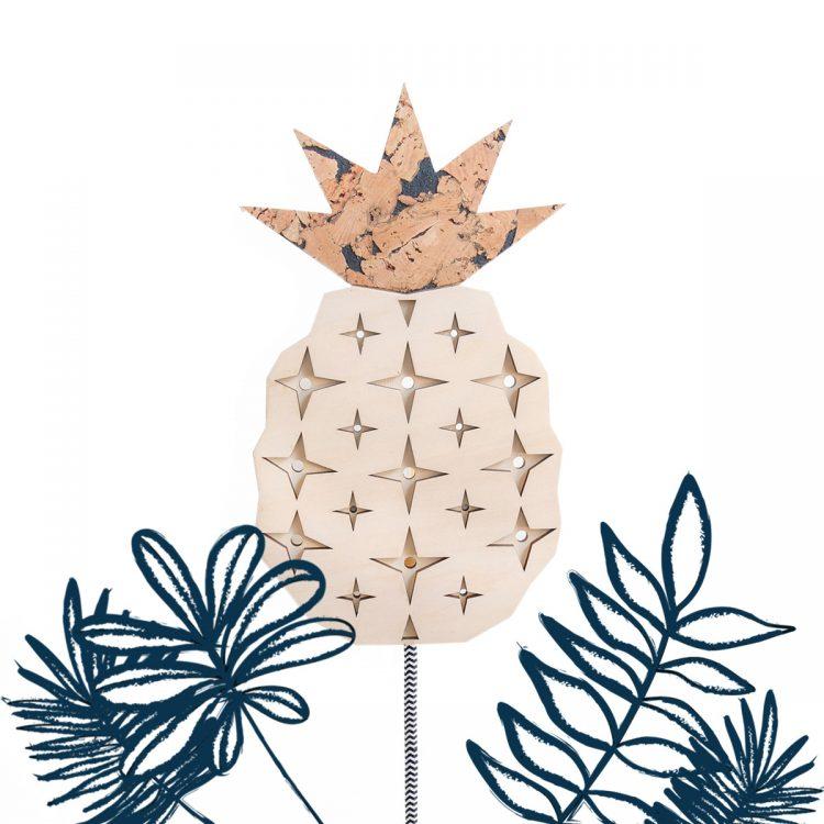Ananas lamp van hout en kurk met luxe strijkijzersnoer. Je kan bij deze tropische lamp zelf je kleur snoer kiezen, passend bij je eigen stijl.