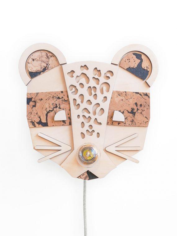 Leuke panter (luipaard) wandlamp, gemaakt van hout en kurk. Leuk voor in je urban jungle of voor op een kinderkamer! Je kan zelf de kleur van het strijkijzersnoer kiezen!