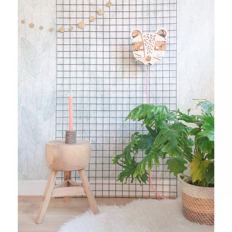 Lamp panter (of luipaard) in een interieur, gemaakt van hout en kurk. Leuk voor een babykamer of kinderkamer! De lamp heeft een gekleurd strijkijzersnoer (verschillende opties).