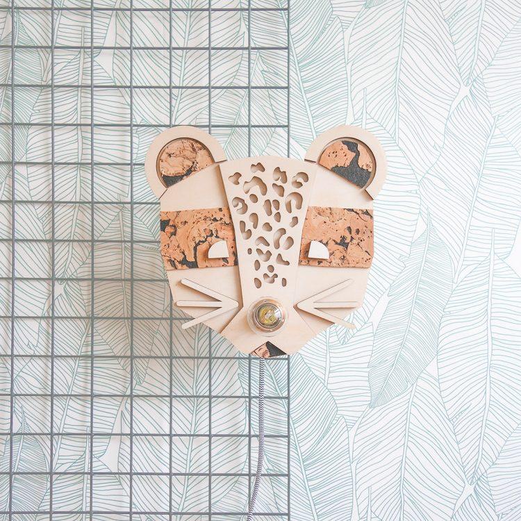 Deze schattige panter (luipaard) wandlamp past perfect op een kinderkamer. Een leuk detail van de panter is dat de lichtbron ook het neusje is van deze wandlamp.