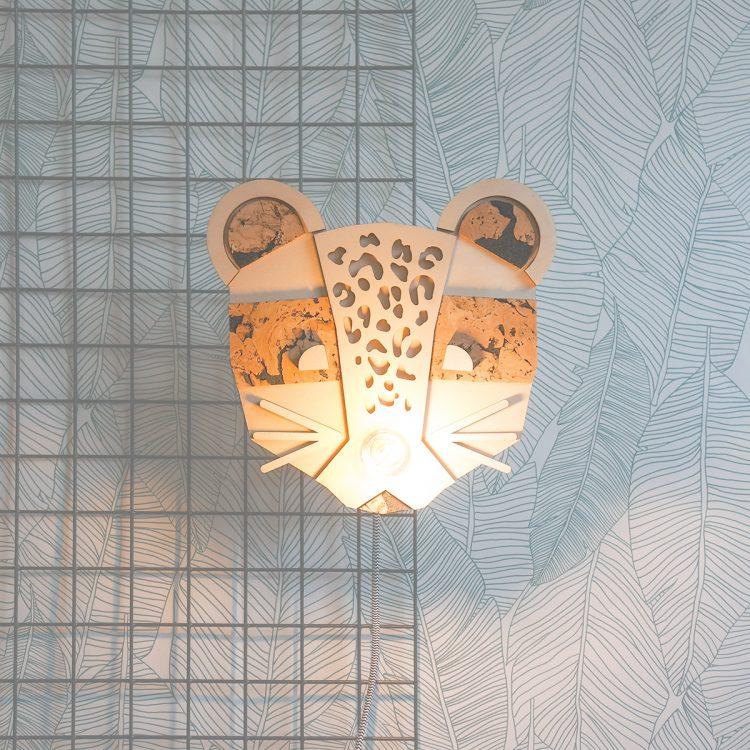 Deze schattige panter (luipaard) wandlamp past perfect op een babykamer. Een leuk en creatief detail van de panter is dat de lichtbron tegelijkertijd zijn snuitje is!