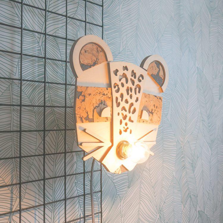 Panterlover? Deze houten panter lamp mag dan niet ontbreken in je interieur! Leuk voor in je urban jungle of voor een kinderkamer of babykamer met jungle theme.