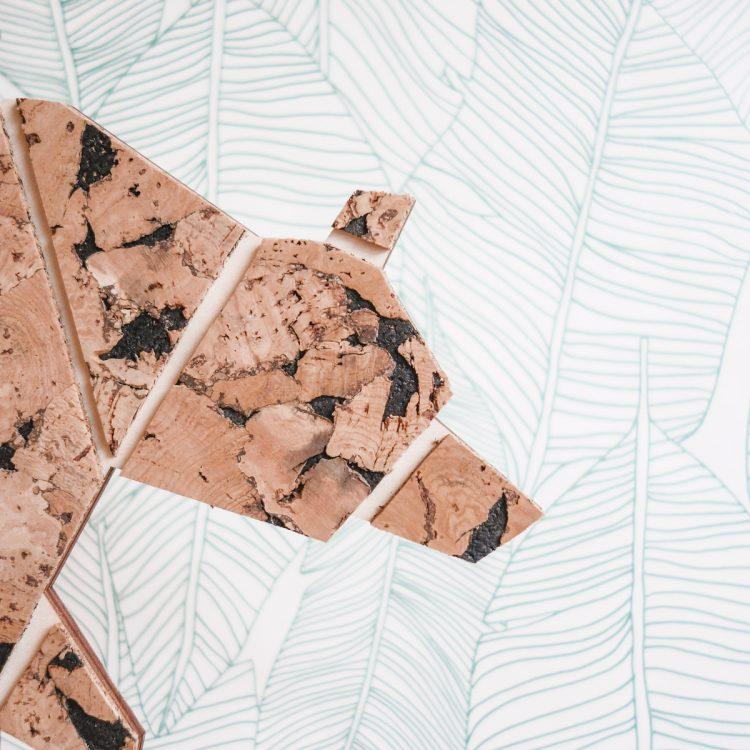 Detail lamp beer van hout en kurk. De beer bestaat uit geometrische vormen en de structuur van het kurk is goed te zien. Iedere beer is uniek!