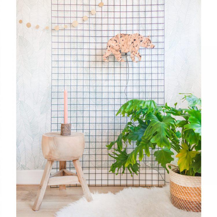 Sfeerbeeld wandlamp beer van kurk en hout met strijkijzersnoer in een interieur. Het materiaal kurk is duurzaam en heeft een unieke uitstraling!