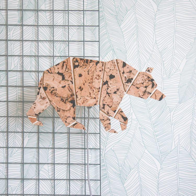 Sfeerbeeld lamp bruine beer van hout en kurk, inclusief luxe strijkijzersnoer. Vooraanzicht in interieur. Het materiaal kurk is uniek en duurzaam.