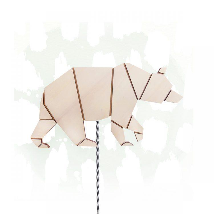 Geometrische wandlamp in de vorm van een beer. De lamp is gemaakt van hout en heeft een luxe strijkijzersnoer.