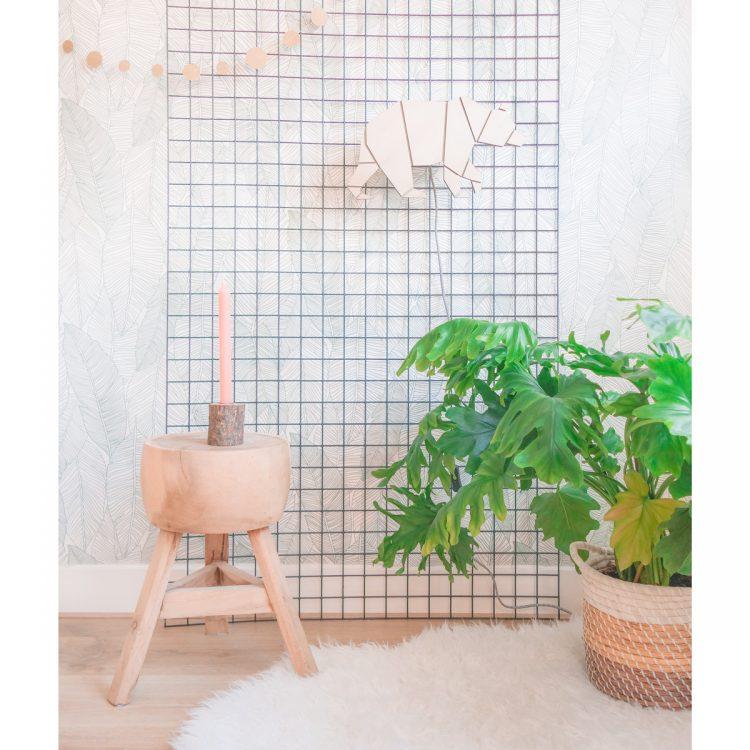 Houten lamp in de vorm van een beer (geometrisch) met luxe strijkijzersnoer in interieur.