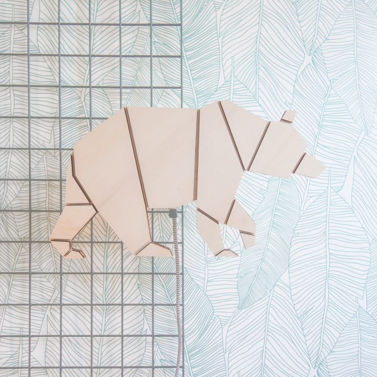 Sfeerbeeld wandlamp houten beer. De beer bestaat uit geometrische origiami vormen.