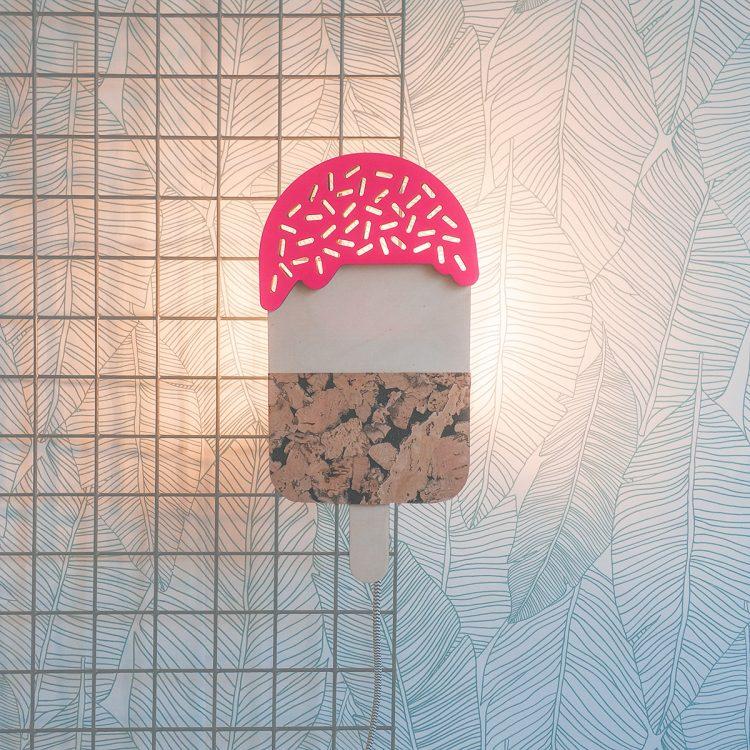 Lamp ijsje met gekleurde topping (fluor roze, ook verkrijgbaar in pastel roze) van hout. Het licht schijnt sfeervol door de sprinkles van het ijsje.