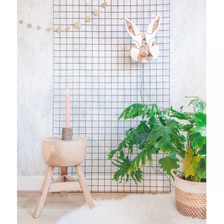 Sfeerbeeld van een schattig konijnenlampje in een interieur / kinderkamer. De wandlamp heeft een gekleurd strijkijzersnoer (meerdere opties).