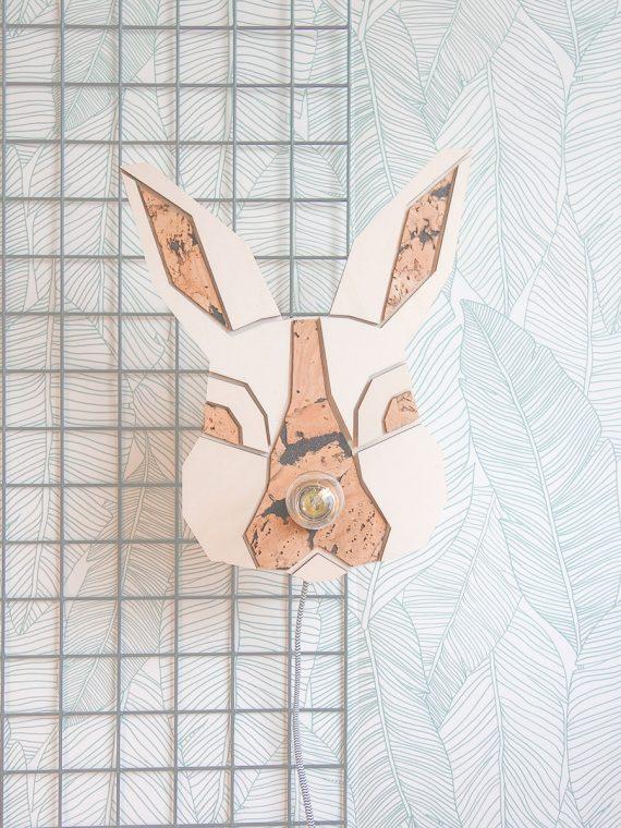 Lief konijnenlampje in een interieur / kinderkamer (vooraanzicht). De lamp heeft een strijkijzersnoer, waarbij je zelf de kleur kan uitkiezen!