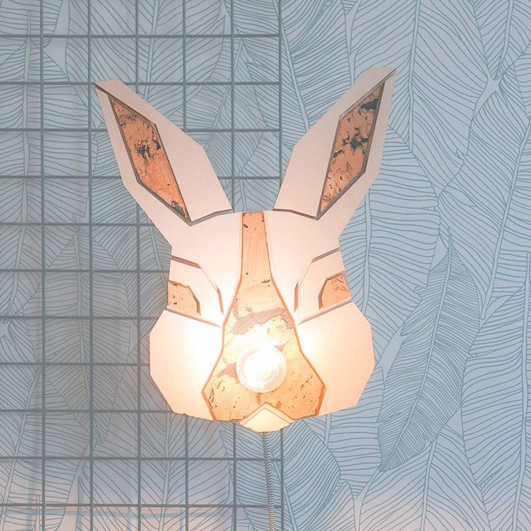 Schattig lampje van een konijn voor een kinderkamer of babykamer met het thema bos of dieren. De lamp heeft een strijkijzersnoer.