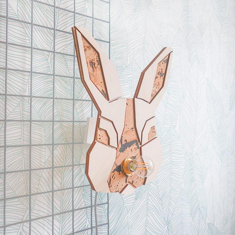 Dit houten konijntje (wandlamp) past perfect op een kinderkamer. De lamp heeft een strijkijzersnoer, meerdere kleuropties beschikbaar.