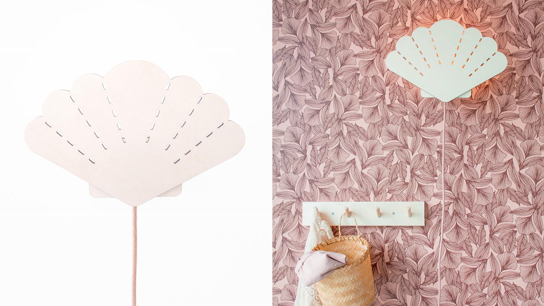 Sfeerbeeld van houten lamp in de vorm van een schelp in een interieur. Het snoer is roze.