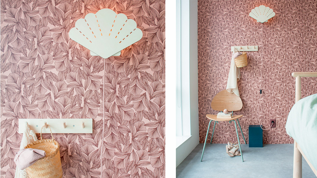 Sfeerbeeld van houten schelp verlichting in interieur (slaapkamer). De lamp heeft een roze strijkijzernsnoer.