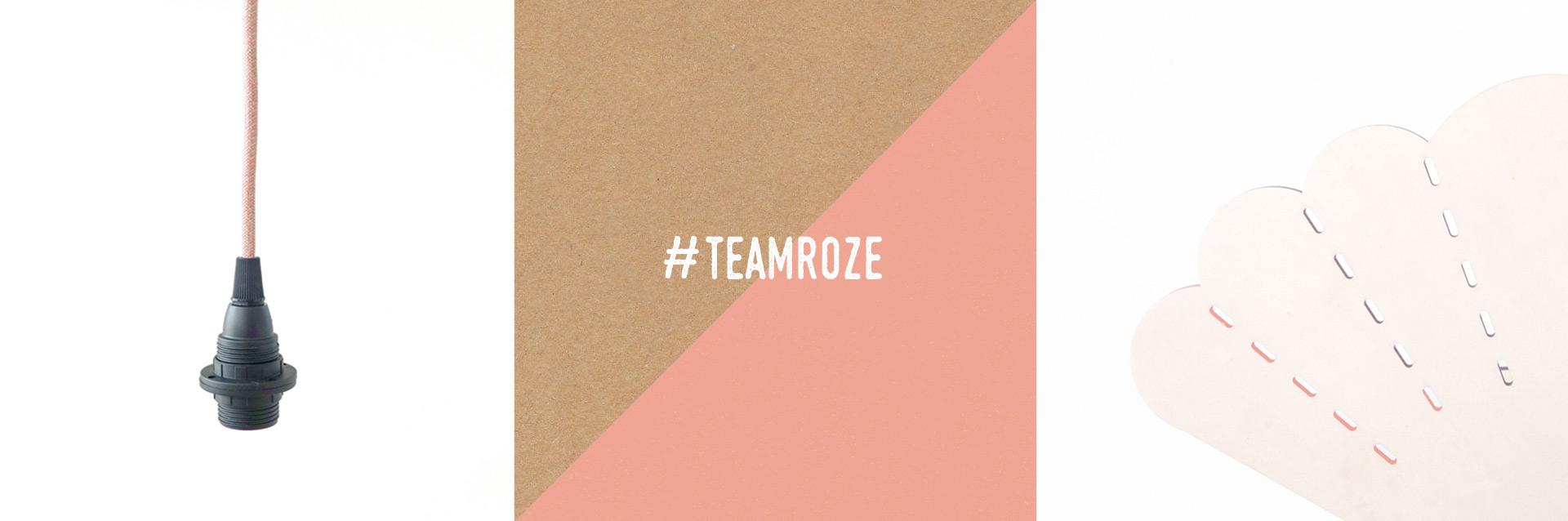 Roze textielsnoer met zwarte fitting en blank houten lamp (detail) ter illustratie van #teamroze en een voorkeur voor blank hout in het interieur.