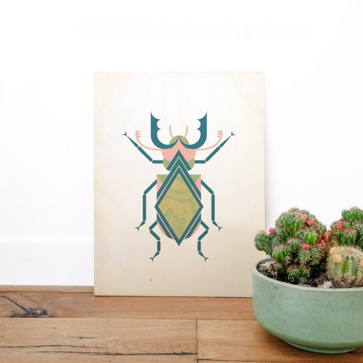 Houten poster met insect (vliegend hert) dat bestaat uit grafische vormen. De kleuren van het insect bestaan uit roze, groen, blauw en geel.