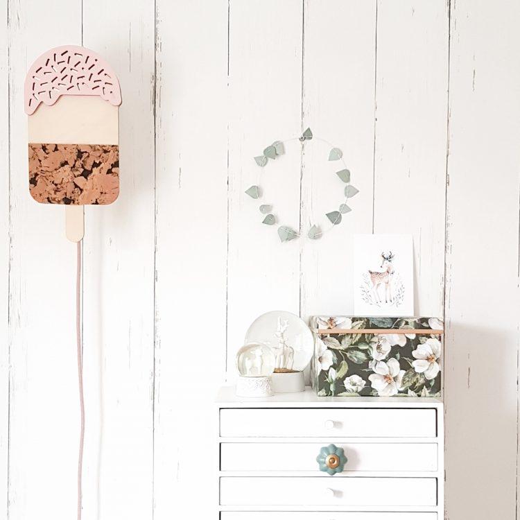Houten verlichting voor de kinderkamer (sfeerbeeld van een ijsjeslamp aan de muur)