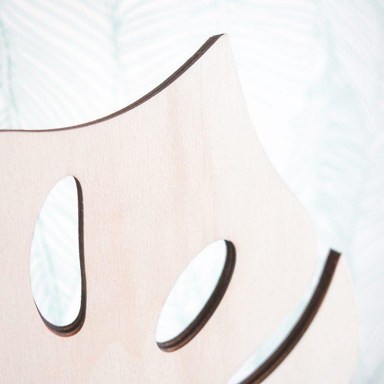 Detail van houten monstera wandlamp (close-up). Deze lamp past perfect bij de huidige botanische trend.