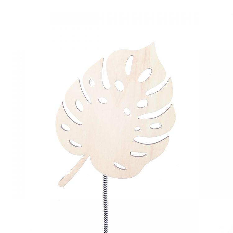 Houten wandlamp in de vorm van een mostera (gatenplant) met zwart-wit strijkijzersnoer en een fitting van messing.