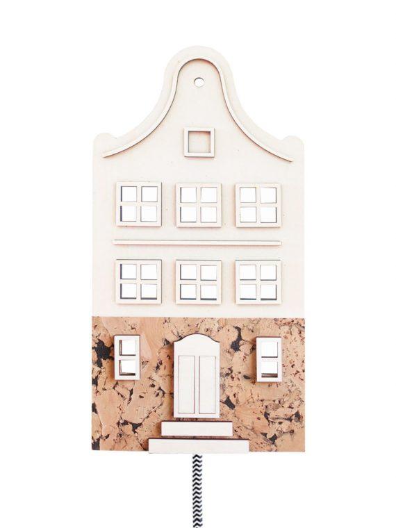 Lamp in de vorm van een sfeervol Amsterdams huisje (grachtenpand met klokgevel). De lamp is gemaakt van hout en kurk en heeft een zwart-wit strijkijzersnoer.
