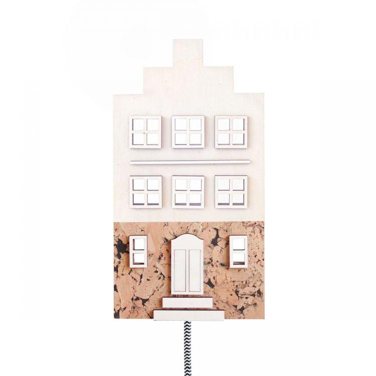 Wandlamp Hollands huisje met trapgevel (grachtenpand) van hout en kurk. De lamp heeft een luxe strijkijzersnoer in zwart-wit.