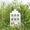 Sfeerbeeld houten Hollands huisje met trapgevel (met trapgvel) in de natuur. Het huisje is verkrijgbaar in verschillende kleuren strijkijzersnoer.