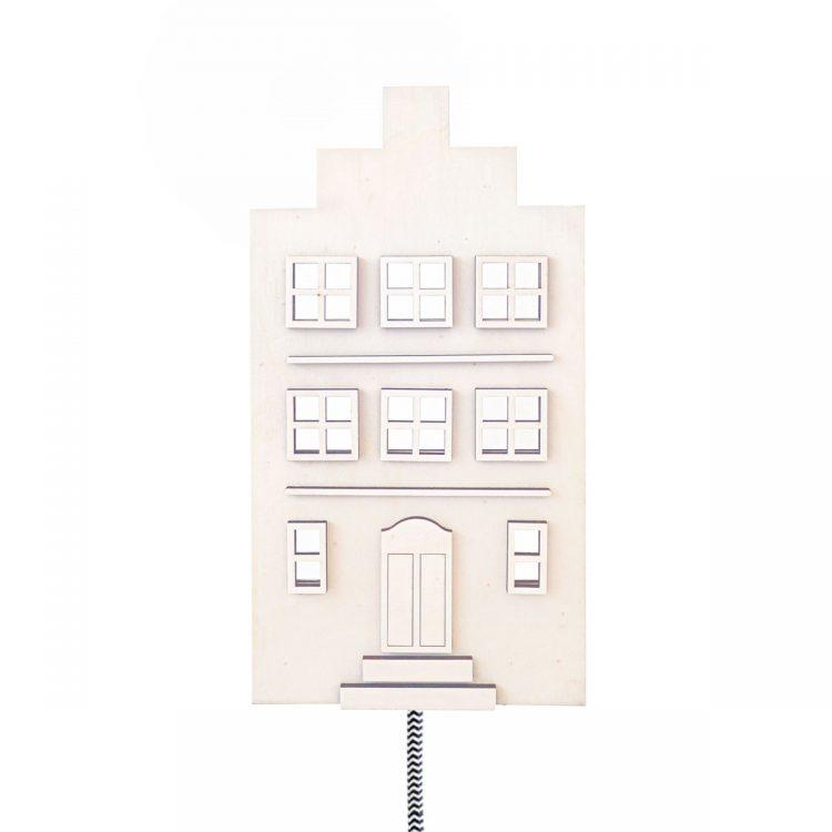 Lamp Hollandse huisje met trapgevel van hout. De lamp heeft een zwart-wit strijkijzersnoer. Door het blanke hout past het in elk interieur.