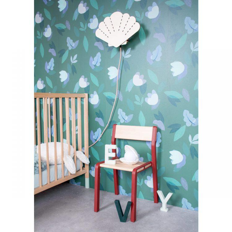Sfeerbeeld houten schelp verlichting (wandlamp) met textielsnoer in kinderkamer. De lamp past perfect in een kamer met thema: zee, strand, piraat of zeemeermin.