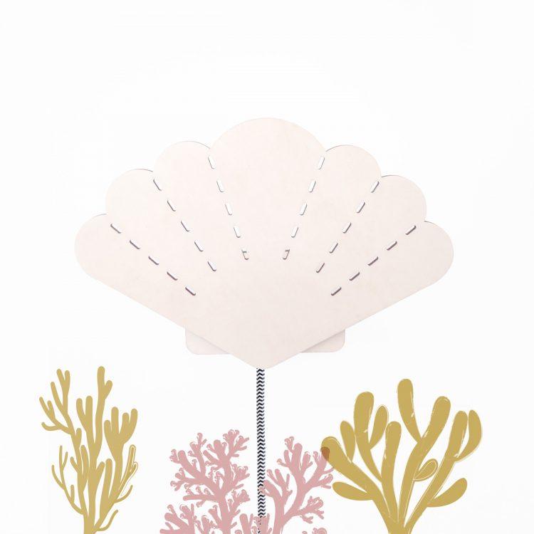 Houten wandlamp schelp met strijkijzersnoer en speelse illustratie van koraal. Je kan zelf de kleur van het snoer kiezen, zodat het altijd bij jouw persoonlijke smaak past.